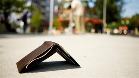 Ritrova portafogli con denaro e documenti, restituito alla Polizia di Nola