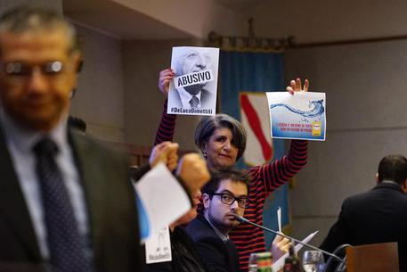 Tensioni nel Consiglio regionale della Campania dove i consiglieri M5S occupano i banchi della presidenza, Napoli, 16 novembre 2015. ANSA / CIRO FUSCO