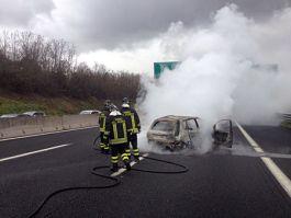 incendio-auto-vigili-del-fuoco-autostrada