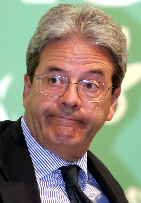 Un'immagine d'archivio del 3 agosto 2005 che mostra l'allora ministro delle Comunicazioni Paolo Gentiloni.   MARTINA CRISTOFANI/ANSA