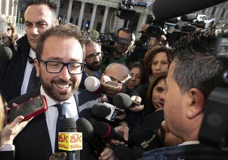 Il ministro della Giustizia Alfonso Bonafede esce da Palazzo Chigi dopo il vertice di maggioranza, Roma 8 novembre 2018. ANSA/MASSIMO PERCOSSI