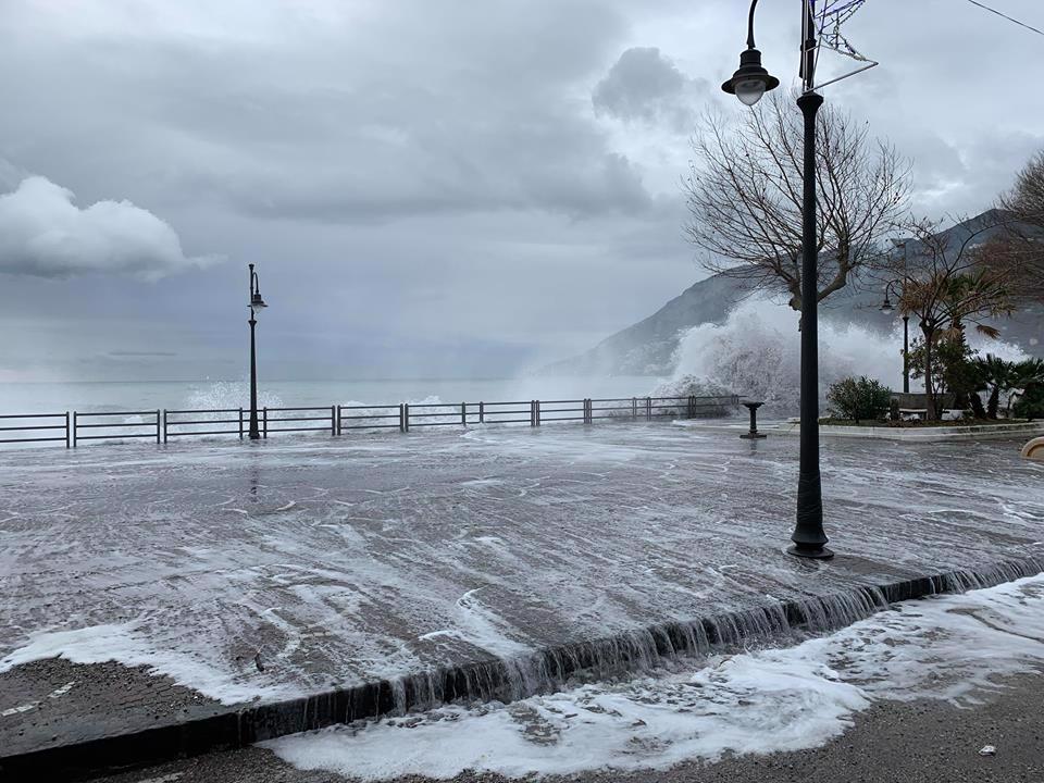 mareggiata-in-costiera-amalfitana-le-onde-invadon-214950