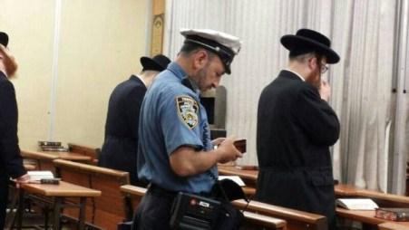 יהודי שוטר בניו יורק מתפלל במנין