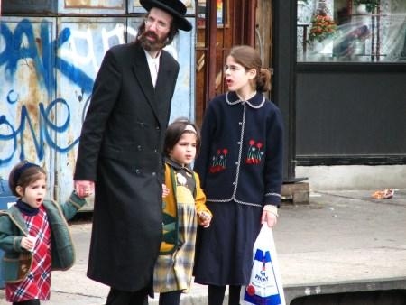 משפחה חסידית בניו יורק (ויקימדיה)