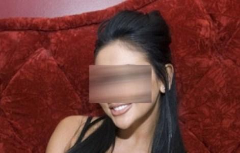 ينشر صور لزوجته عارية