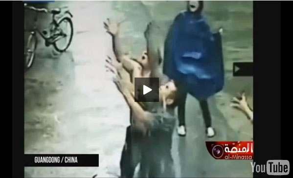 بالفيديو: لحظات مرعبة لسقوط رضيع من الطابق الثاني