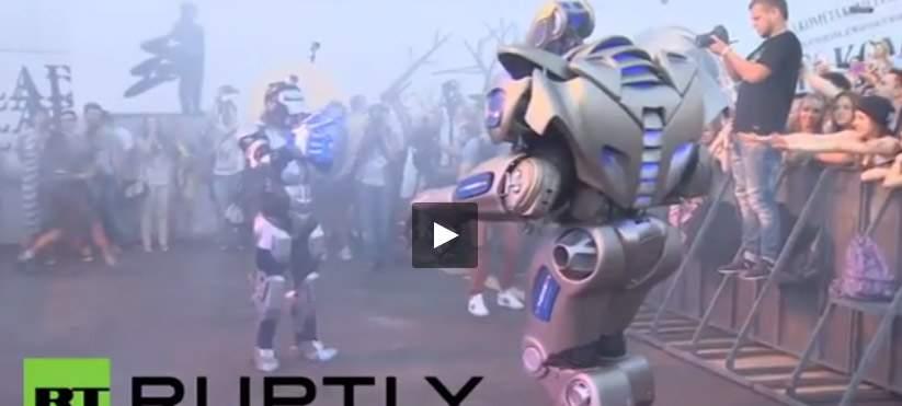 بالفيديو.. الروبوت تيتان يتحدى مغني الراب الروسي