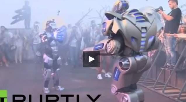 بالفيديو.. روبوت يتحدى مغني الراب الروسي