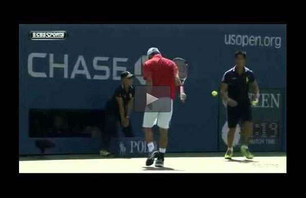 بالفيديو: لاعب يقوم بحركة بهلوانية بمضرب التنس