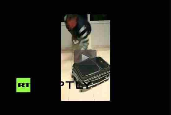 رجل يهرب إمرأة بحقيبة سفر