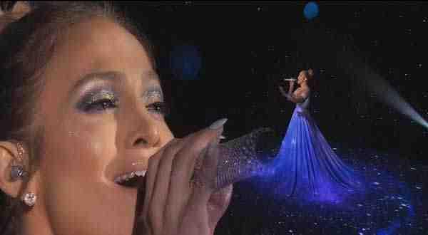 """بالفيديو: فستان """"جينفر لوبيز"""" السحري يخطف الأضواء والسبب !!!"""