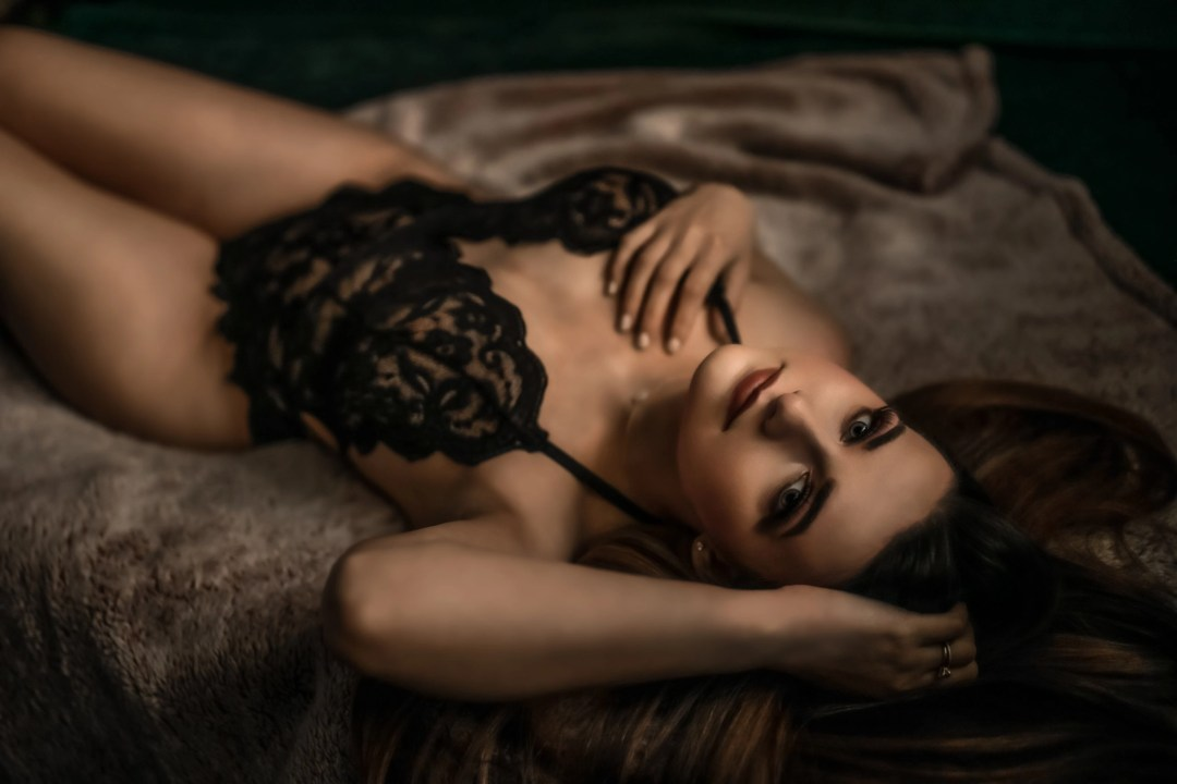 sexy reclined boudoir photo on bed