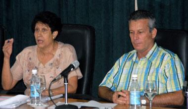 Ena Elsa Velázquez junto a Rafael Aguilera, Director de Educación en Holguín. Foto: Ahora.