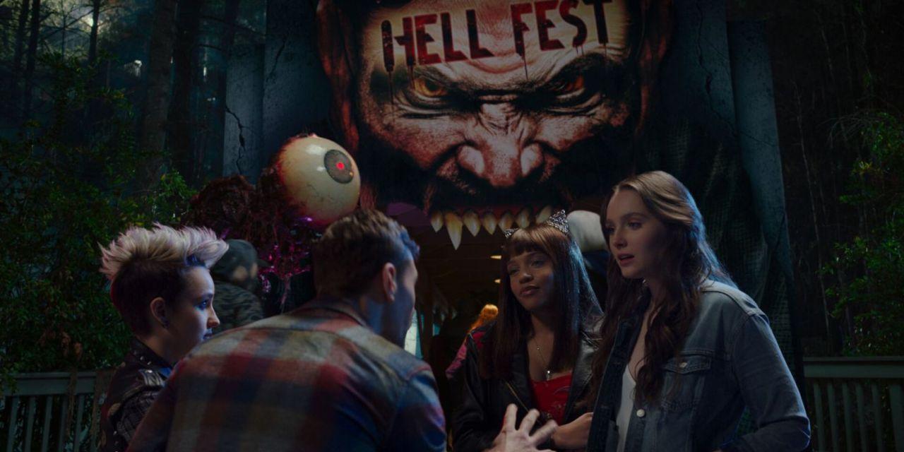 Assassino mascarado mata várias pessoas em parque temático no trailer do filme 'Parque do Inferno'