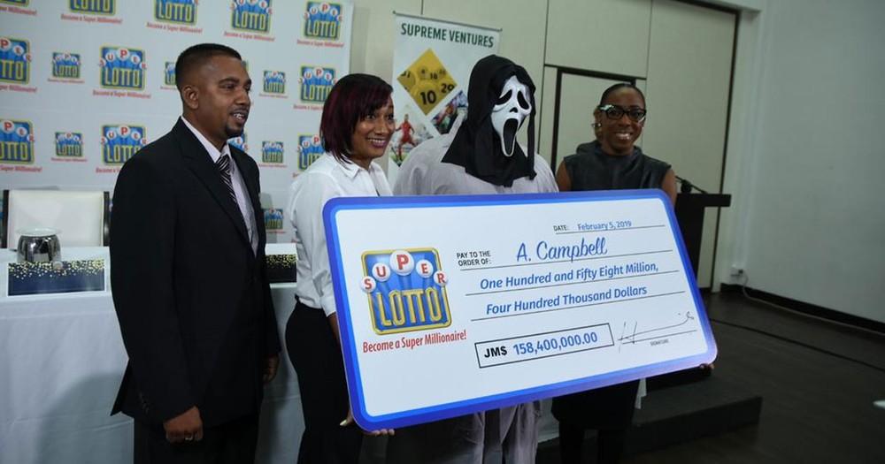 Ganhador de loteria recebe prêmio com máscara do filme 'Pânico' na Jamaica