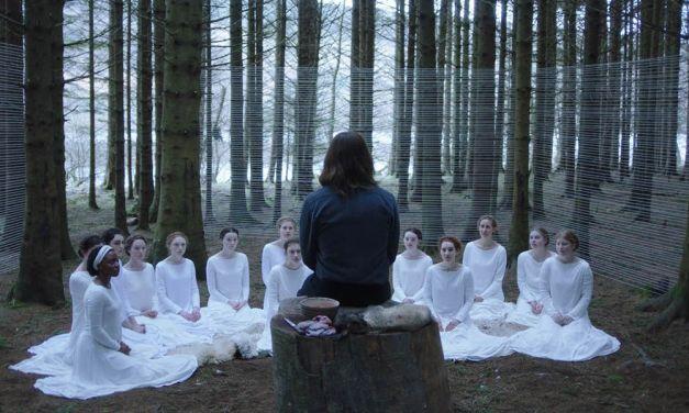 Culto de mulheres é repleto de mistérios no trailer do filme 'The Other Lamb'