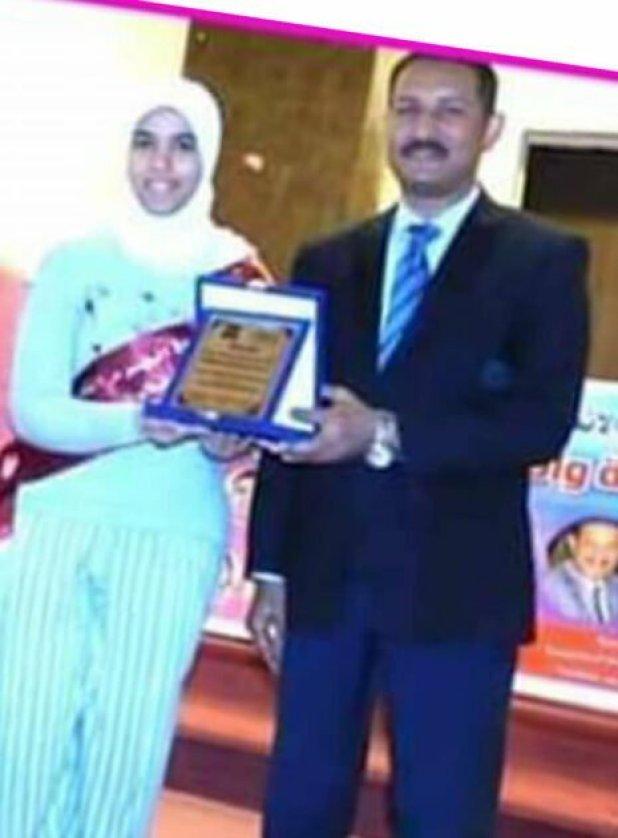 مدير إدارة الهرم الاستاذ أشرف سالومه مع الطالبة المثالية روان محمد رفيق