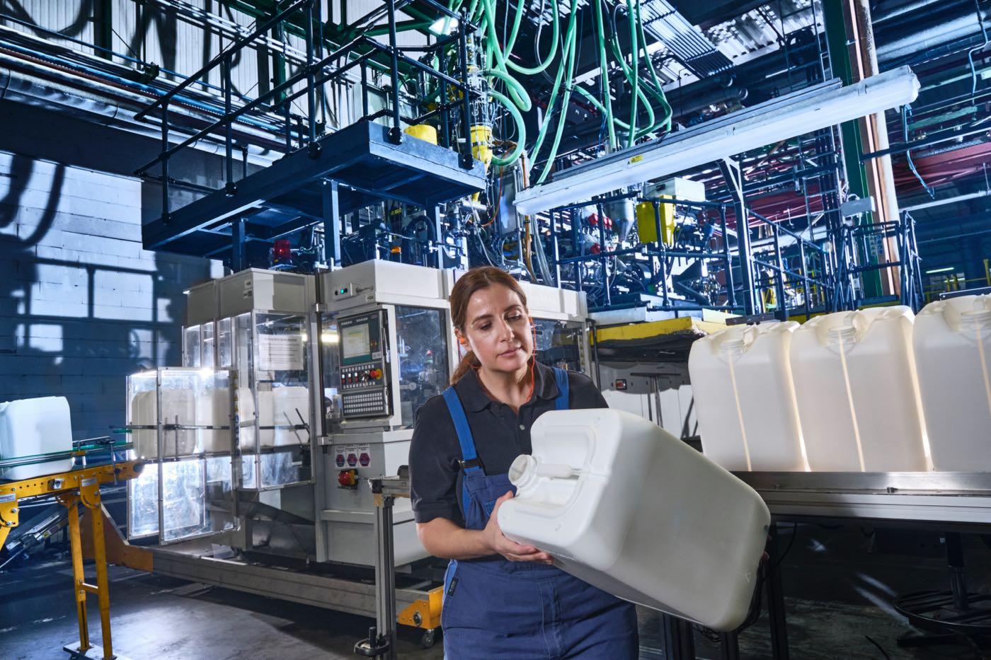 Industriefotografie, Industriefotograf, Köln, Aachen, Bonn, Düsseldorf, Kunststoff-Industrie, Blasformmaschine, Blasformtechnik, Produktion von Kunststoffteilen