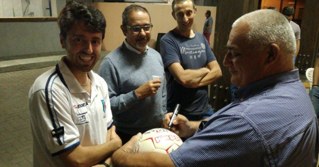 Ricucci riceve il pallone firmato dai nostri associati durante la prima grigliata sezionale.