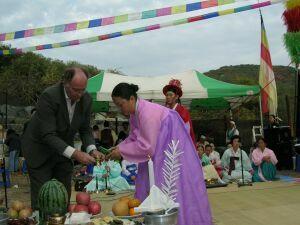 Ian Herbert uczestniczy w widowisku szamańskim podczas Kongresu w Seulu
