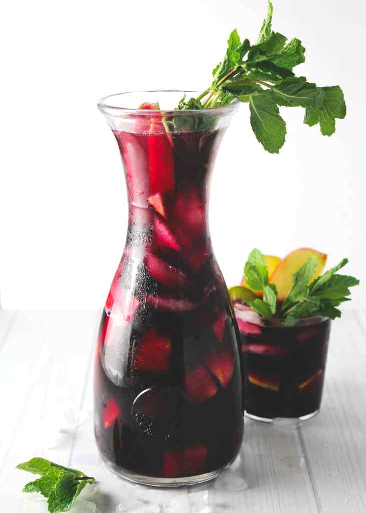 Sip on this sweet and refreshing skinny sangria this summer and enjoy a light beverage without worrying about the calories | via @AimeeMarsLiving | #Sangria #Skinny #RedWine