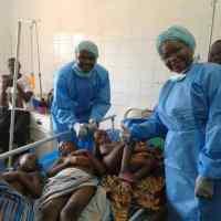 Projet «VILLES SANTE TOGO» A VOGAN : Mme la Ministre du Développement à la base aux chevets des patients opérés à Vogan par AIMES AFRIQUE
