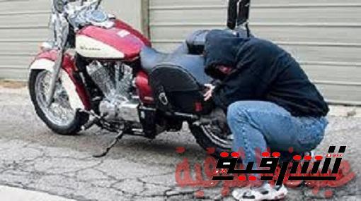 القبض علي تشكيل عصابي تخصص في سرقة الدراجات البخارية بالإكراه في مشتول السوق