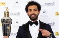 محمد صلاح يحتفل بفوزه بأفضل لاعب في الدوري الإنجليزي