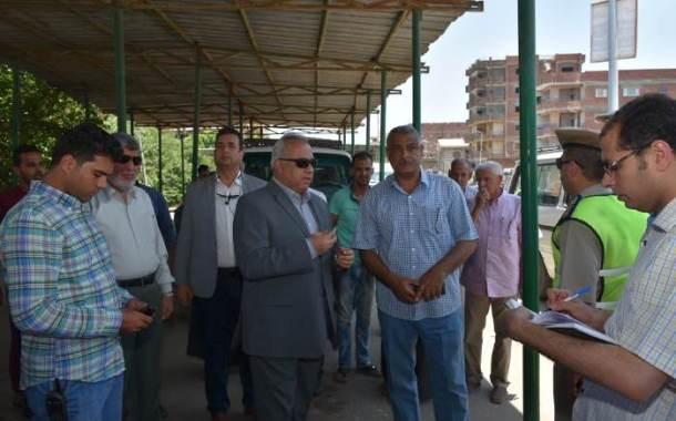 محافظ الشرقية يفاجئ موقف الزقازيق / أبو حماد بمدينة الزقازيق للإطمئنان على تطبيق تعريفة الركوب الجديدة
