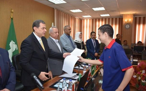 وزير القوى العاملة ومحافظ الشرقية يُسلمان 16 عقد عمل بالقطاع الخاص لمتدربي