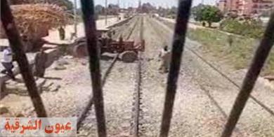 ضبط سائق جرار حاول المرور من منفذ غير شرعي بالسكة الحديد في الشرقية