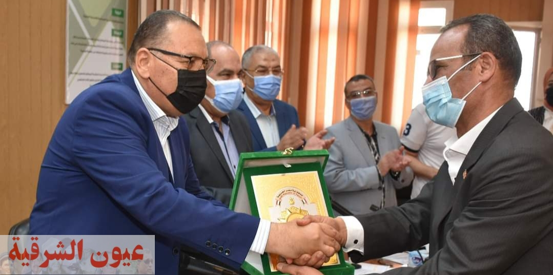 محافظ الشرقية يُكرم رئيس مدينة القرين لبلوغه السن القانوني للمعاش