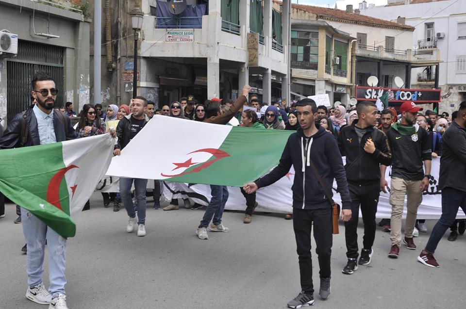 مسيرة بالعاصمة للمطالبة بإحداث قطيعة مع النظام والتعبير عن رفض تولي بن صالح رئاسة الدولة