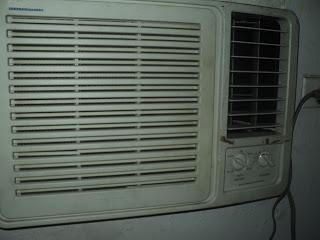 Porque el aire acondicionado tira agua hacia adentro