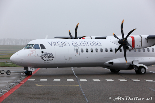 """OY-CJV ATR 72-500 Virgin Australia """"Kirra Beech"""" en (VH-)FVX op de neuswieldeur"""