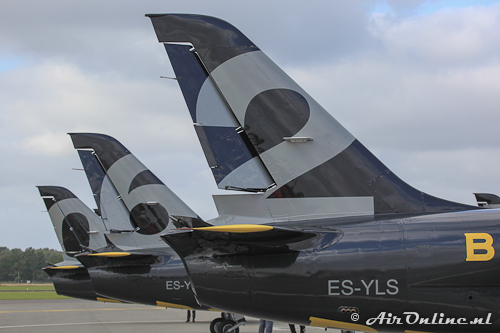 Line-up van het Breitling Jet Team op Den Helder in afwachting op bijgetankt te worden met de onfortuinlijke #2 voorop