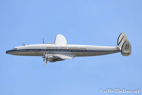 HB-RSC Lockheed L-1049 Super Constellation tijdesn een pass op Yverdon (CH)