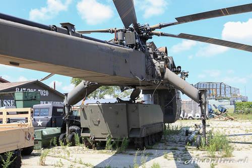 70-18489 Sikorsky CH-54B Skycrane US Army met een tank die makkelijk een lading zou kunnen zijn om door de lucht te vervoeren