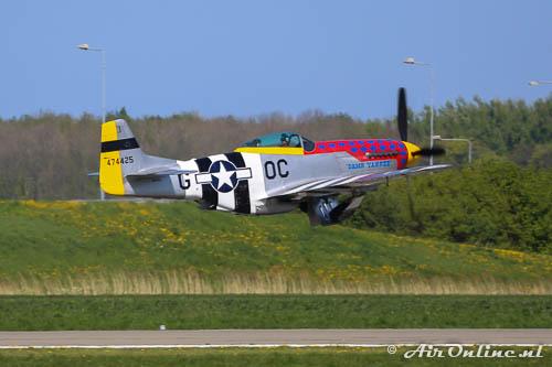 PH-PSI North American P-51D Mustang, wielen in en plat op het dek tot het einde van de baan