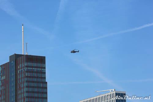 S-453 Aerospatiale AS532 U2 Cougar maakt een rondje boven het centrum van Almere