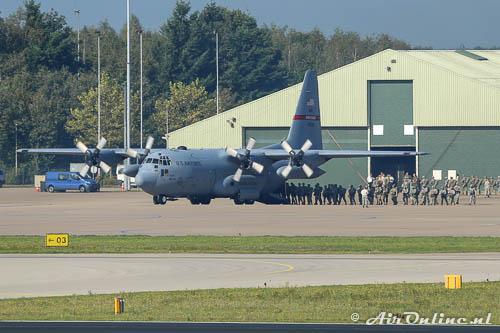 00320 Lockheed C-130H Hercules USAF Savannah ANG neemt met draaiende motoren nieuwe para's aan boord