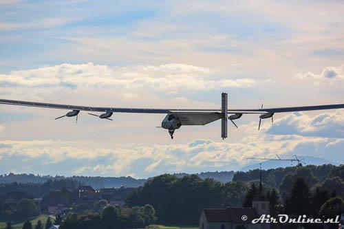 HB-SIB Solar Impulse 2 klimt langzaam weg voor de 7e testvlucht in een Zwitsers landschap