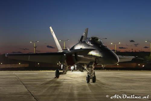 J-5019 McDonnell Douglas F/A-18 Hornet Swiss Air Force in het avondlicht bij de Malta Airshow 2014