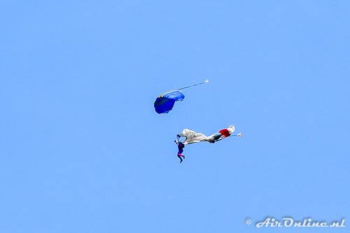 Parachutist vist hoofdchute uit de lucht