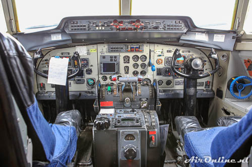 AP-BHZ Fokker F-27-500 Friendship met een klassieke cockpit
