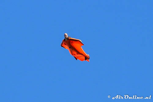 Wingsuitflyer in volle vlucht