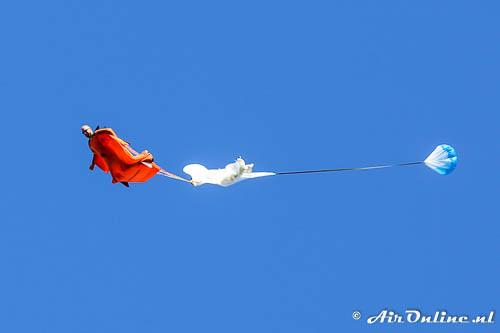 Wingsuitflyer opent zijn parachute
