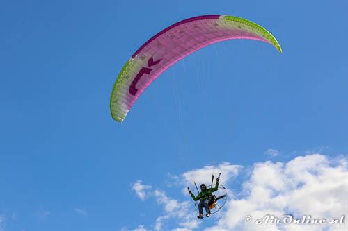 Paramoteur vliegt aan voor de waterbak