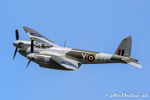 N114KA De Havilland DH-98 Mosquito FB26 boven Oshkosh