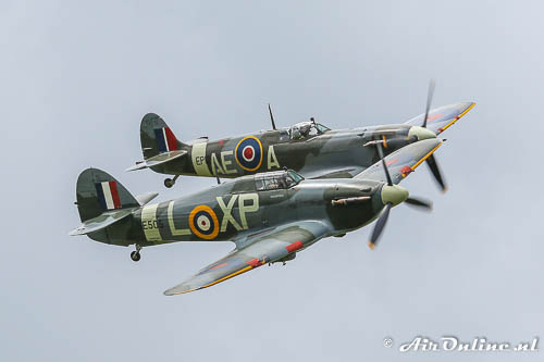 Spitfire en Hurricane in een fly-by op Oostwold